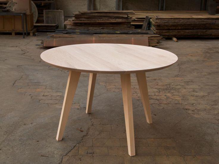Ronde tafel in amerikaanse esdoorn met schuine poten.  Deze staat op mijn verlanglijstje maar dan in Eik. Kun je laten maken bij Atelier 7. Schappelijke prijs. En dit met witte stoelen van Hay of van Eames.