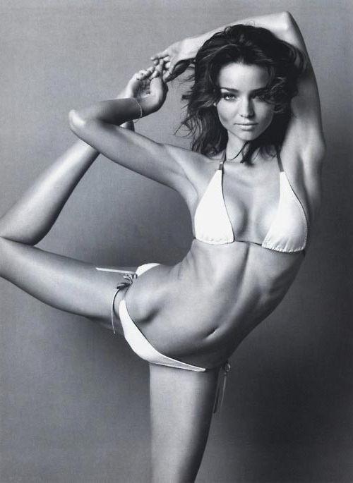 Tina ist im weissen Bikini mit Schleifen sehr sexy