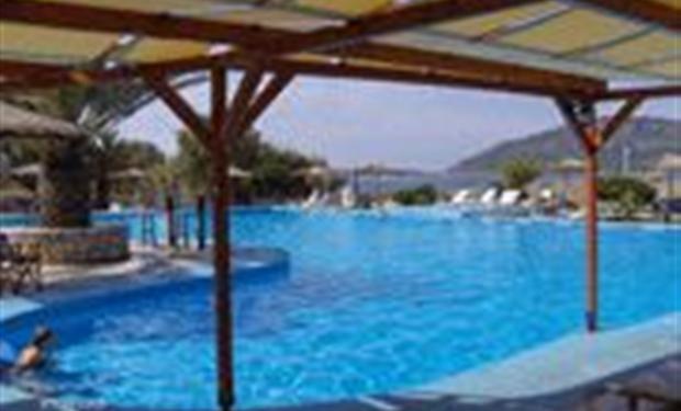 Eenvoudige camping met zeer groot zwembad. Dicht aan zee gelegen. Goede beschutting tegen de zon.