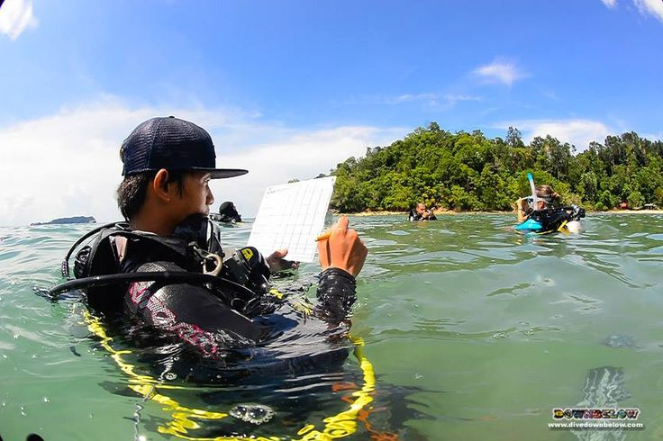 Pablo follows through the guidelines of scoring a debrief of the confined water dive teaching presentation :)