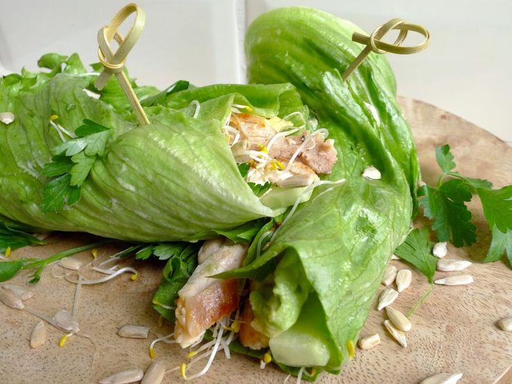 Super healthy wraps van ijsbergsla! Vul ze met avocado, komkommer, kip en zonnepitten. Een laagje tahin aan de binnenkant zorgt voor de extra smaak!    http://degezondekok.nl