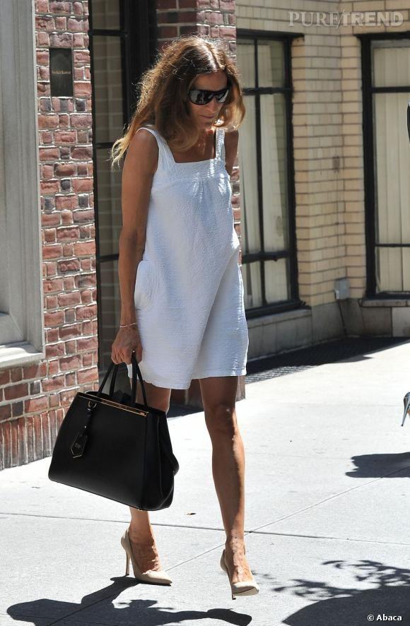 PHOTOS - Sarah Jessica Parker, chic en look épuré black & white pour se rendre au siège de Manolo Blahnik.