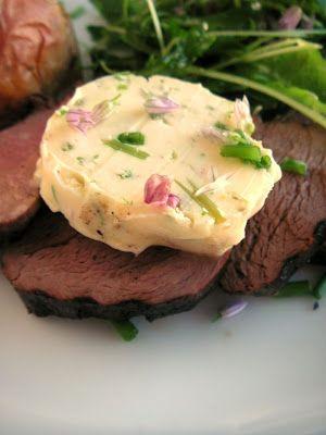 Ruohosipulin kukinnoista valmistettua aromaattista maustevoita lisukkeena grillipihville.