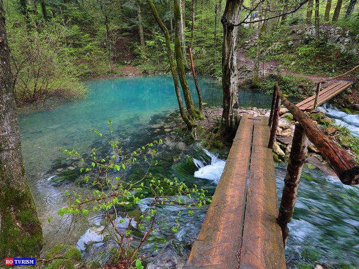 Daca exista un lac care sa merite denumirea de lacul zanelor probabil Ochiul Beiului este printre primele din lista. Culoarea lui este unica.