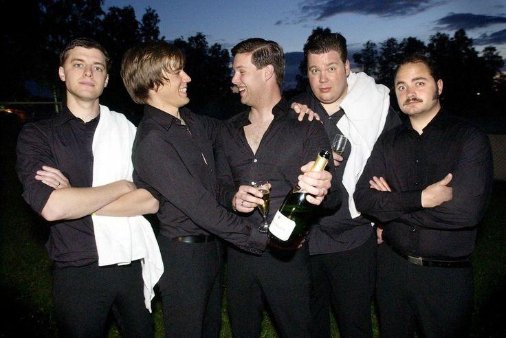 The Hives svarta kostymbyxor svarta skjortor champange vita handdukar
