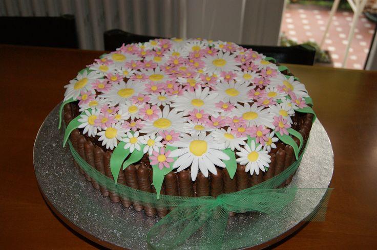 Pan di spagna, farcitura con crema pasticcera al cioccolato (3 strati), decorazioni con biscotti al cioccolato e pasta di zucchero