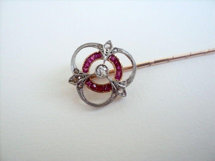 Goud 14K Victoriaanse Tie Pin met diamanten en robijnen - geen Reserve  Oude Victoriaanse Pin broche - Tie. De broche is gemaakt van fom 14K roze en wit goud. Op het center is er één die glanzende Brilliant diamond Cut (het ziet eruit als oude soort knippen).Rondom het zijn re 15 rood robijnen en om hen heen er 9 roos geslepen diamanten.Afmetingen:Lange: 63 mmHoogte: 135 mm diameter. -Barokke elementen.Dimonds:Centraal: 005 ct - SL1 - HAnderen: ca. 005 ct - L1/JRuby:15 Rood Robijnen - 008 ct…