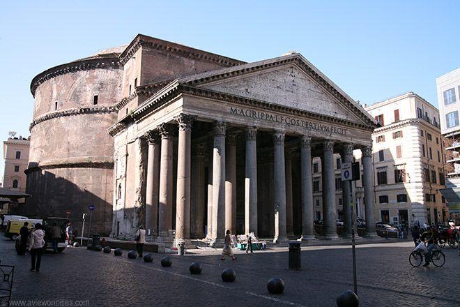Pantheon, Roma. Fu costruito sotto Adriano tra il 118 e il 128 d.c. forse da Apollodoro di Damasco. Fu edificato sulle fondamenta di un tempio che aveva costruito Agrippa e che era stato distrutto da un incendio. E' arrivato integro fino a noi forse perché fu dedicato  alla Vergine Maria nel 609 d.c..