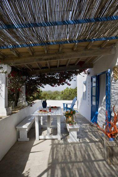 Casa rústica de estilo mediterráneo. Qué típico de las casas de playa: azul y blanco. Una combinación que nunca falla.