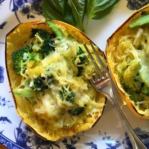 Cheesy Broccoli-Stuffed Spaghetti Squash - has just 5 ingredients and packs a huge nutrition punch. #vegetarian #dinner Via the awesome @MealMakeoverMom
