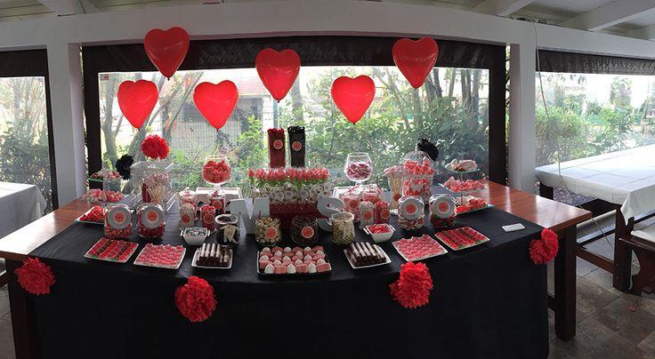 Un Candy Bar es una mesa para que tus invitados se sirvan las gominolas que más les gusten.Es una idea genial para bodas, comuniones o incluso cumpleaños.