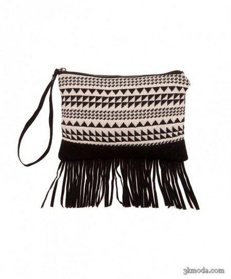Altı püsküllü siyah ve krem geometrik desenli bir el çantası