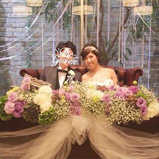 wedding party repo. #メインテーブル はこんな感じでした♡ ⋆ 装花はとっっっても悩んだのですが、かすみ草をメインにホワイト、パープル、グリーンでお任せしました でもぎゅっとまとめずにもっとナチュラルな感じにしてほしかった〜あとサニーレタスみたいな紫陽花はいらなかったw #細かいことが気になる性格 ⋆ テーブルにはチュールをつけてもらって、TRUNKのリボン装飾に憧れていたので、後ろのガラス越しの木にそれっぽくリボンを垂れ下げてもらいましたこの辺は完全に自己満!笑 国内披露宴、TRUNKでやりたかったな〜〜めちゃめちゃ今更笑 ⋆ #wedding#weddingparty#結婚式#国内披露宴#高砂#装花#メインテーブル装花#会場装飾#プレ花嫁卒業#卒花嫁#卒花#旦那さんは変な顔なのでスタンプ笑