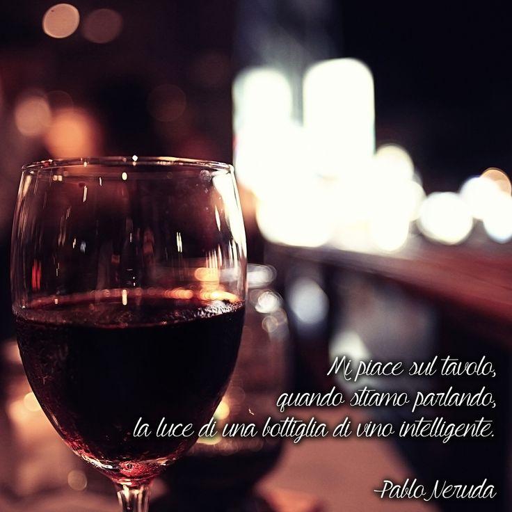 """""""Mi piace sul tavolo, quando stiamo parlando, la luce di una bottiglia di vino intelligente"""" (Pablo Neruda) #quotes #aforismi #aforismicibo #citazioni #frasi #neruda #vino #vinorosso"""