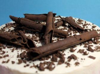 Szedres-túrós csokoládé torta recept: Vaj helyett készíthetjük margarinnal, mascarpone helyett házi krémsajttal, és házi vaníliás cukorral....akárhogy is, nagyon finom desszert. A gyümölcsöt kedvünkre változtathatjuk a krémben, ki mit szeret alapon. A tésztája nagyon puha, nagyon finom, nagyon kakaós, a krém nem túl édes, a tejszín fehér csokis....mennyei! :) http://aprosef.hu/szedres_turos_csokolade_torta