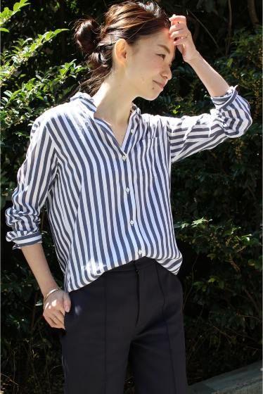 ワイヤーウォッシュストライプシャツ  ワイヤーウォッシュストライプシャツ 21600 Deuxieme Classe定番のワイヤーウォッシュシャツに新素材が仲間入りしました 従来のワイヤーの襟の仕様はそのままにレーヨンシルクの落ち感のある素材が女っぽさをプラスした仕上がりに 艶のある素材がきれいなドレープを生み出します どんなボトムにも相性の良いニューベーシックな1着です 取り扱いについては商品についている洗濯表示にてご確認下さい 店頭及び屋外での撮影画像は光の当たり具合で色味が違って見える場合があります 商品の色味はスタジオ撮影の画像をご参照下さい 同一商品16050500404010 若干の仕様変更がある場合がございます) ネイビー着用スタッフ身長160cm 着用サイズフリー モデルサイズ:身長:166cm バスト:80cm ウェスト:58cm ヒップ:82cm