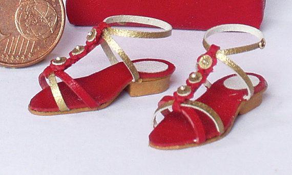 Sandali estivi ultima moda fatti completamente a mano in vari modelli e colori con decorazioni abbinate e perfettamente rifiniti. Sono tutti