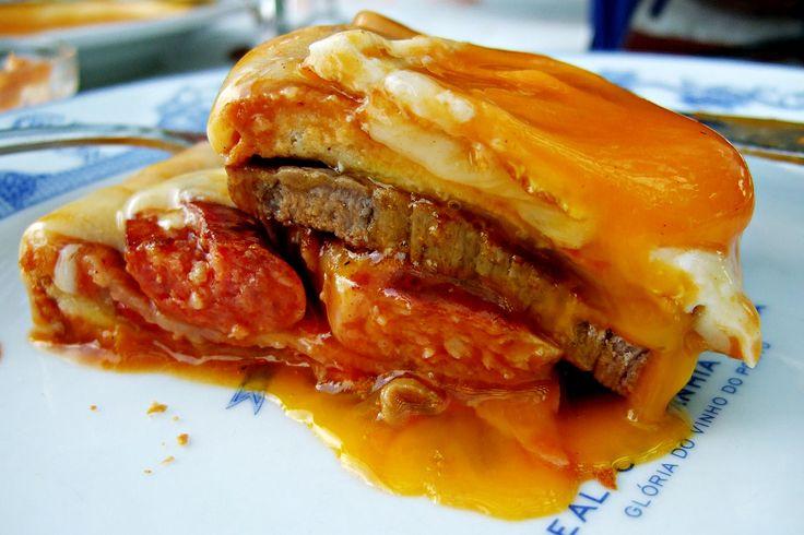 Pão, salsicha, bife, queijo, ovo ... Francesinha, um prato típico da cidade do Porto, em Portugal.  Fotografia: Filipe Fortes.