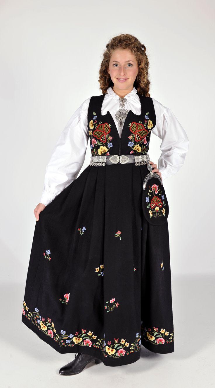 Gudbransdalens festbunad i sort klede.