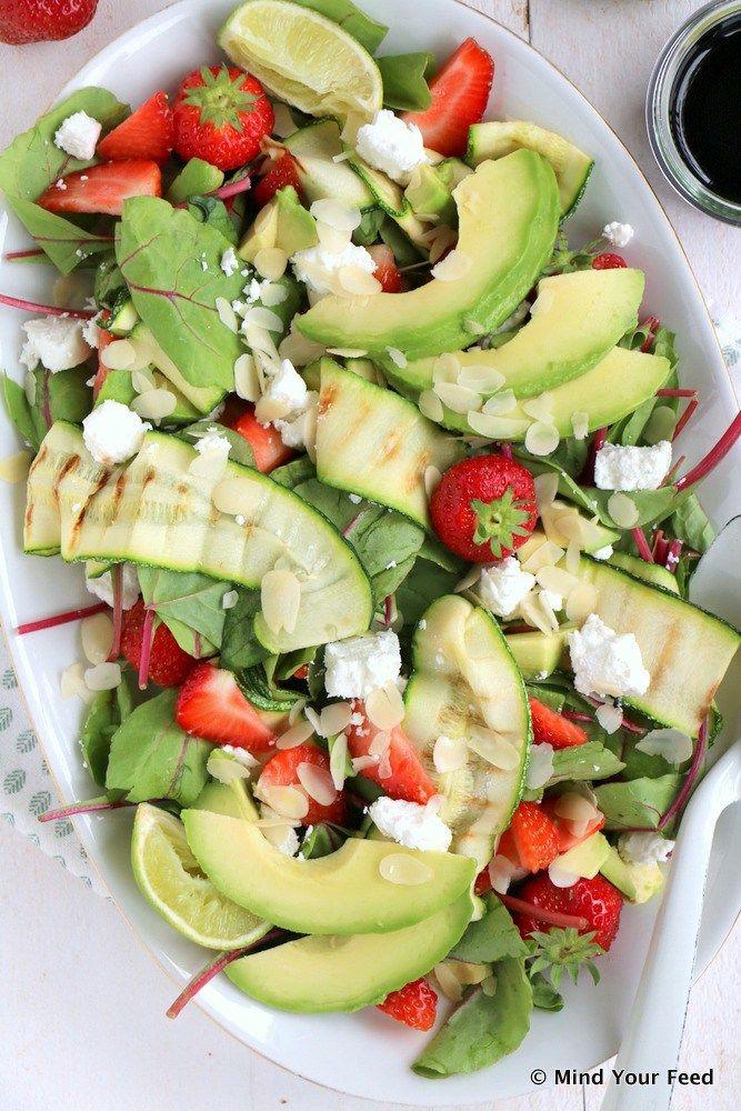 Salade van snijbiet, aardbei en avocado - Mind Your Feed