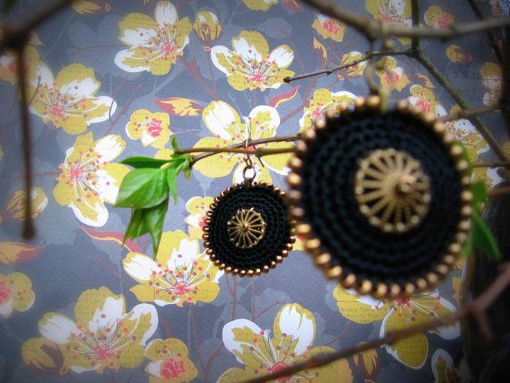 Z+Orientu...Black+&+Gold...+Háčkované+náušnice,+které+jsou+sexy!+Průměr+3,5+cm.