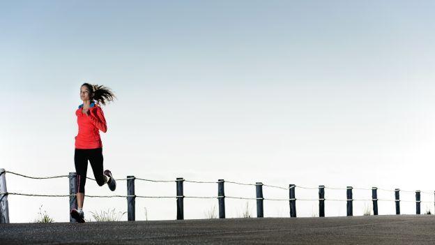 Come allenarsi con l'interval training: nuoto, corsa, rowing
