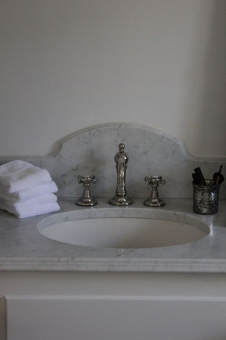 love this marble (granite?) top and backsplash, very vintage looking-