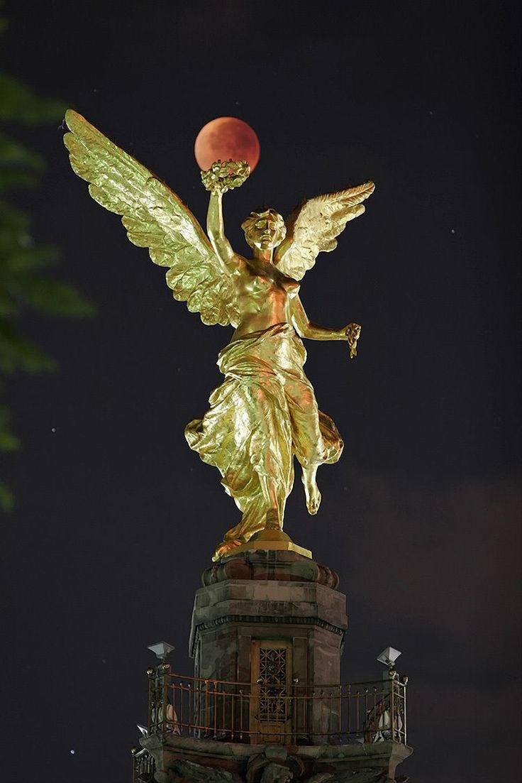 El Angel de la Independencia de México, de bronce bañado en oro de 24 kilates.