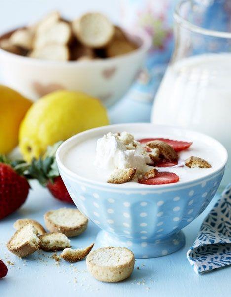 Kærnemælkskoldskål med jordbær