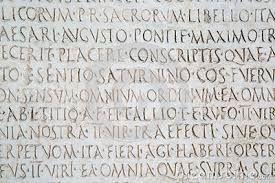 Elk hoofdstuk heeft een Latijnse titel. Onder de Latijnse titel staat de Nederlandse vertaling. Regelmatig worden deze woorden in de tekst gebuikt. De Latijnse woorden verwijzen naar de richting, Grieks-Latijn, die Katja in school volgde. Haar vriend Guy was namelijk ook haar leraar Grieks en Latijn.