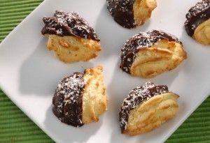 Kókuszos-csokoládés néró - 10 dkg liszt, 6 dkg Rama, 6 dkg porcukor, 1 tojássárgája, 5 dkg kókuszreszelék, csipet só, 15 dkg étcsokoládé, 2 evőkanál étolaj, 3-4 dkg kókuszreszelék a beforgatáshoz
