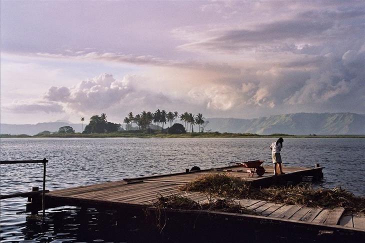 Lago Toba, Sumatra Setentrional. Voltando ao período pré-histórico, as primeiras espécies humanas cruzaram uma ponte (hoje inexistente) do Continente Asiático para a Indonésia há cerca de 40 mil anos. A segunda leva chegou ao país há cerca de 10 mil anos antes de Cristo (a.C.).