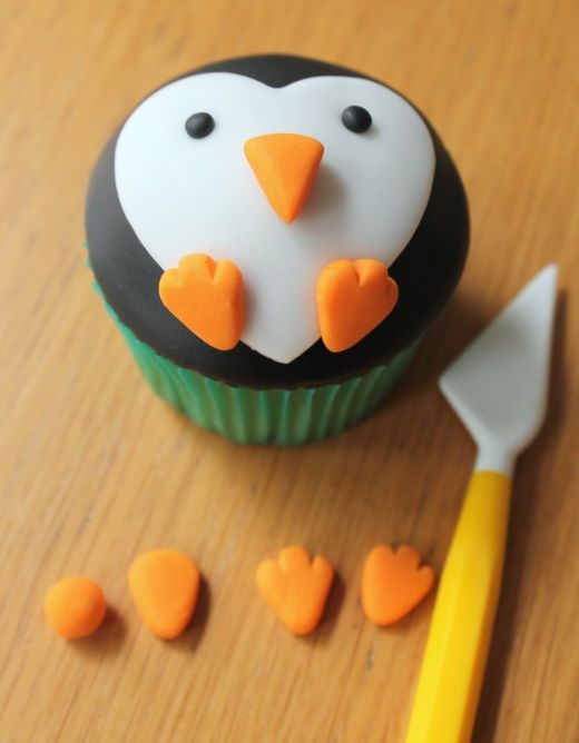 How to Make Penguin Cupcakes #christmas #baking #cupcakes #penguin #penguincupcakes