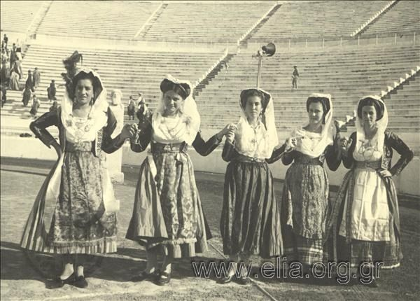 Εορτασμοί της 4ης Αυγούστου: γυναίκες με παραδοσιακές ενδυμασίες της Κέρκυρας χορεύουν στο Παναθηναϊκό Στάδιο.1937