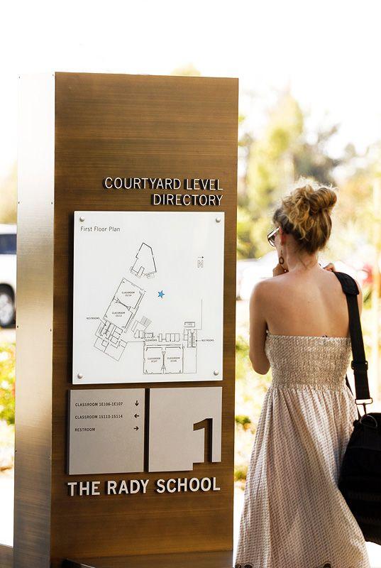 Simple and elegant signage / 정보를 영역으로 나눔.