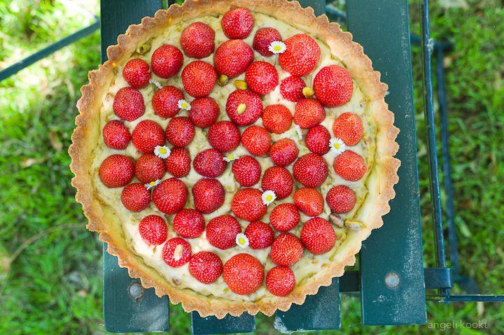 Heerlijk zomers is deze aardbeienvlaai met pistachecustard. Eet hem in de tuin of op je balkon in de volle zon. Ook lekker om mee te nemen voor een picknick