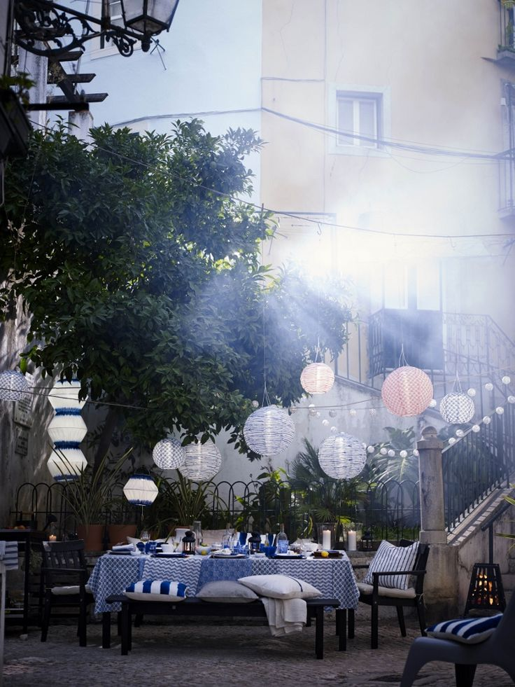 Tuinkussens, tuinmeubilair en solar led-verlichting uit de 2016 tuin-series van Ikea