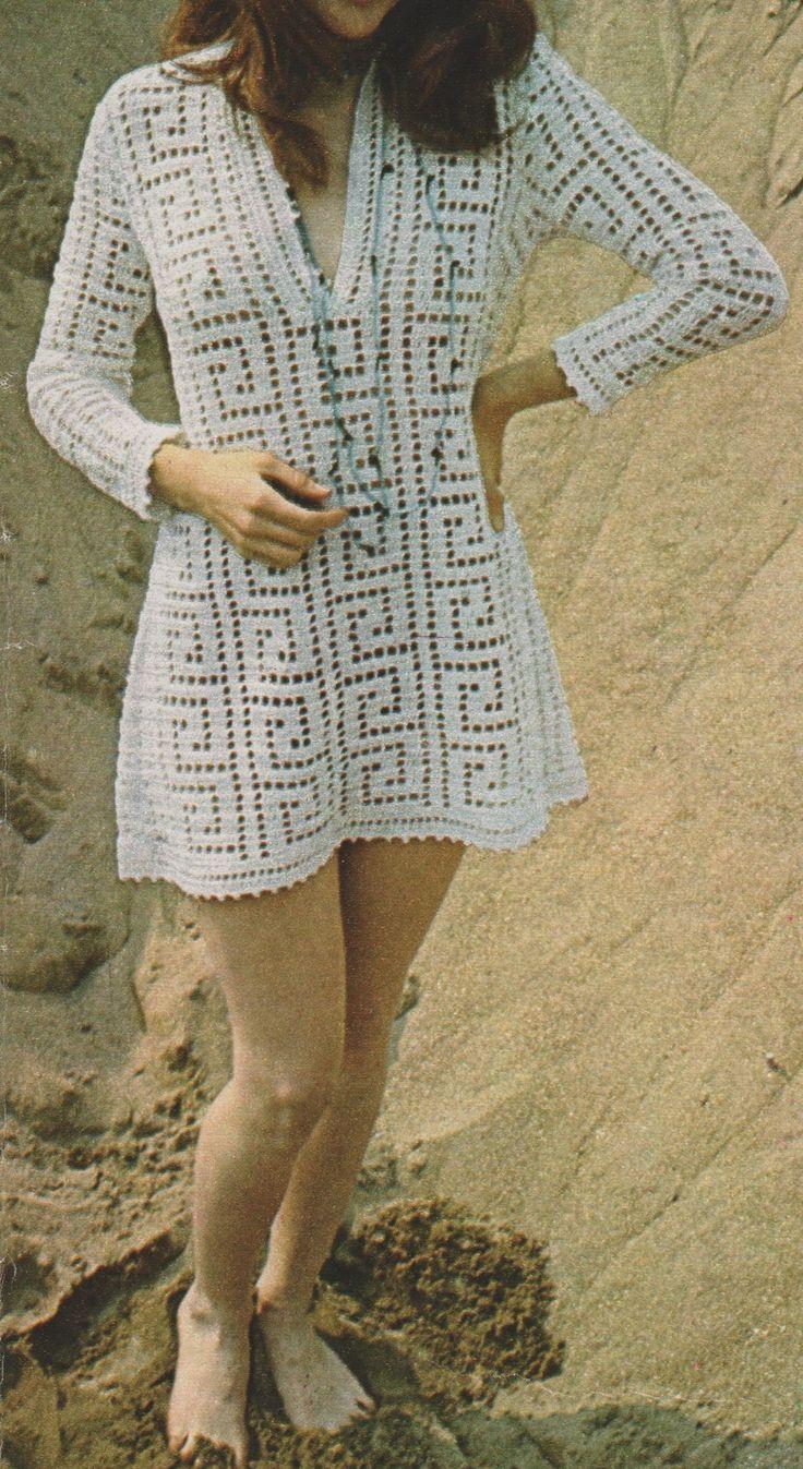 Une jolie petite robe de plage tout droit venue des années 70. Elle est assez facile à faire soi-même avec son point filet Grec. Le point en forme de vague, à la grecque quoi ! Cette robe est en taille 38, et je vous ai mis sur la première page les approximations...