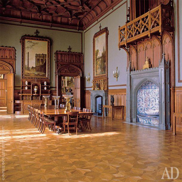 Дворец Воронцова. Кожаные обои, неоготические кресла, потолок, обшитый деревом. Даже в яркий крымксий день кажется, что за окном пасмурная Британия.