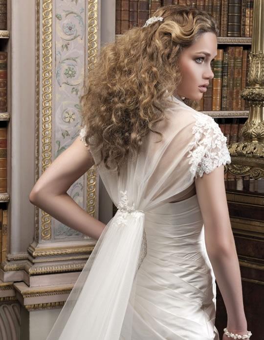 Bolero med slep fra Ellis bridals i nettbutikken www.abelone.no eller kom i salongen og prøv den <3