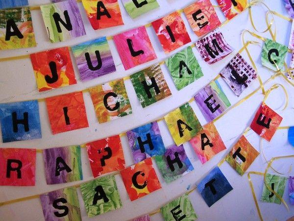 Des guirlandes de prénoms , des fonds variés ,des tampons lettres ,des couleurs gaies et puis du noir...
