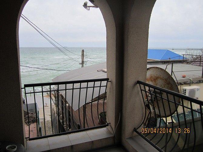 Продам 2-х этажный, трехуровневый дом (есть терраса на крыше) возле моря в элитном кооперативе «Румб», Совиньон (Одесса). 20 м от пляжа, панорамный вид на море. Евроремонт, кондиционеры, двухконтурный котел, можно жить круглый год, 90м + 45м терраса, 1эт.: гостиная, кухня, с/у, 2 эт.:2 спальни, зона барбекю, место для машины. Свой пляж. Цена 70.000 у.е. Торг