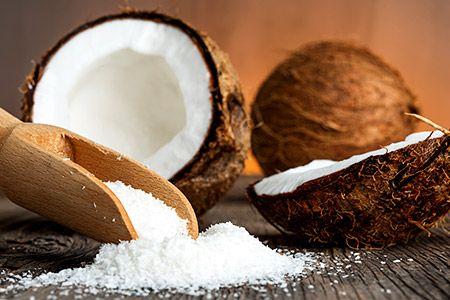 Gesundes Popcorn: 3 EL Bio-Kokosöl in einem Topf auf hoher Temperatur erhitzen. ½ Tasse Popcorn-Mais und 2 EL Kokosblütenzucker mischen, den Mix in den Topf geben, rasch umrühren und sofort den Deckel auflegen. Wenn der Mais aufpoppt, den Topf immer mal wieder etwas schütteln. Sobald die Geräusche aus dem Topf weniger werden, vom Herd nehmen und das Popcorn zum Auslüften in eine Schüssel füllen.