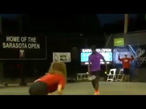 Fanno sesso durante una partita di tennis... Incredibile