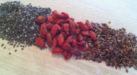 Super food smoothie ingredients: chia seeds, goji berries and linseeds www.ilovehealth.nl