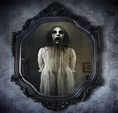 Na minha escola era Maria Degolada, alguns conhecem como Mulher/Maria Sangrenta(Bloody Mary)! Quem nunca teve medo da mulher que aparecia no espelho do banheiro se você falasse o nome dela 3 vezes??? P.S: foto do google imagens.