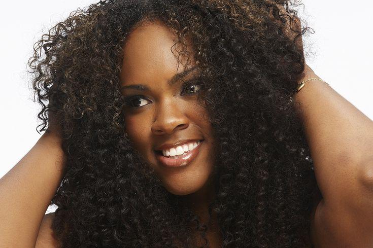 Quels sont les accessoires cheveux bouclés, frisés et afro qui conviennent le mieux à vos coiffures. Faire le bon choix pour l'achat d'un bijoux capillaire.