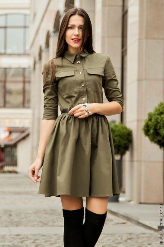Платье-рубашка цвета хаки в стиле милитари на пуговицах, с карманами и поясом.