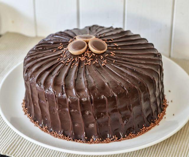 I morgen reiser Sigrid og jeg til London og for å feire det tenkte jeg å dele oppskriften på en knallgod sjokoladekake. Kaken kombinere...