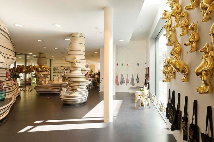 Stedelijk Museum 's-Hertogenbosch overzicht museumwinkel met wand uit multiplex - Bierman Henket Interieur